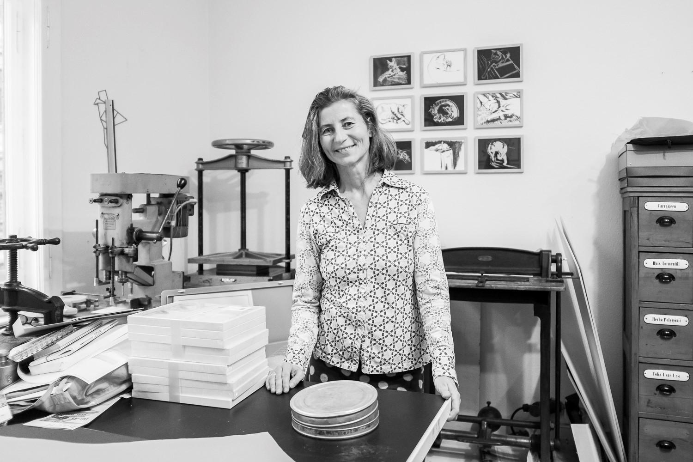 Petra Reichenbach in ihrem Atelier für Grafik und Buchkunst in Halle (Foto: Matthias Ritzmann)