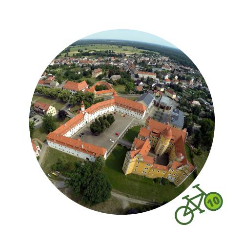 Punkt10 am Zweistromweg Luftaufnahme der Stadt Annaburg mit dem Schloss Annaburg im Vordergrund