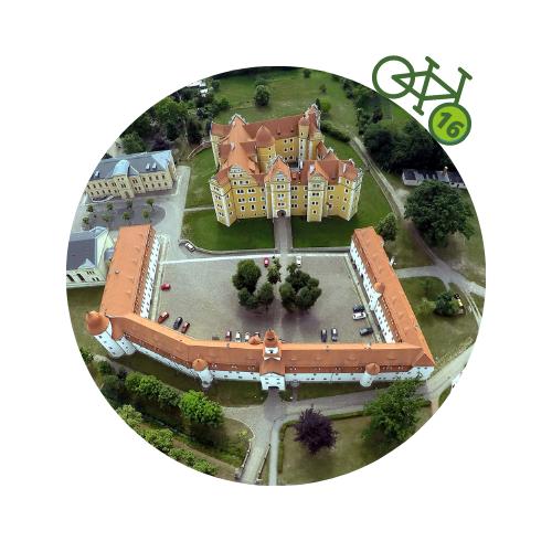 Punkt16 am Zweistromweg Luftaufnahme der Schlossanlage von Annaburg mit dem weißen Vorderschlosses und dem gelben Hinterschloss