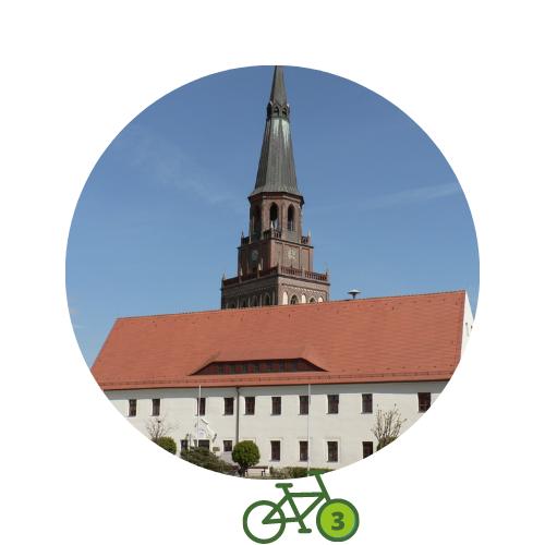 Punkt3 am Zweistromweg Das Prettiner Rathaus mit dem Turm der Stadtkirche im Hintergrund